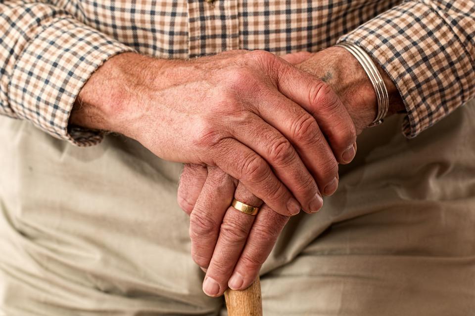 mani anziano